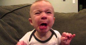 Når denne babyen smakte sitron for første gang, lagde han et kjempesøtt ansikt.